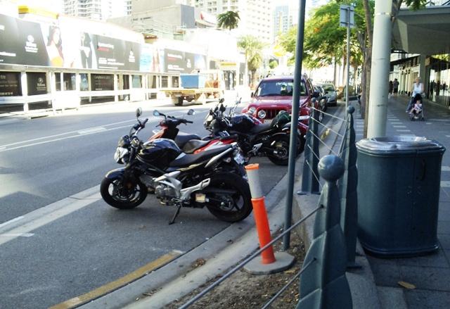 オーストラリア ゴールドコーストの街中に停まっているバイク